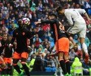 El centrocampista colombiano del Real Madrid James Rodríguez (d) disputa un balón con el jugador chileno del Valencia Fabián Orellana (i) durante el partido. (Javier Lizon - Javier Lizon / EFE)