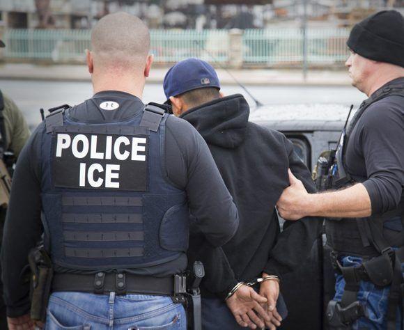 En febrero, agentes de Inmigración y Control de Aduanas aprehenden a una persona durante una operación dirigida a fugitivos de inmigración en Los Ángeles. Foto: AP.