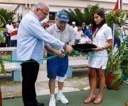"""Con el corte de la cinta Antonio Becali Garrido (izquierda) presidente del INDER, y Jake Agna, Presidente de Kids on the Ball, dejan reinauguradas las Canchas de Tenis del Centro Nacional de Tenis """"19 de Noviembre"""", el 20 de abril de 2017 en La Habana, Cuba. Foto: Calixto N. Llanes/Periódico JIT (Cuba)"""