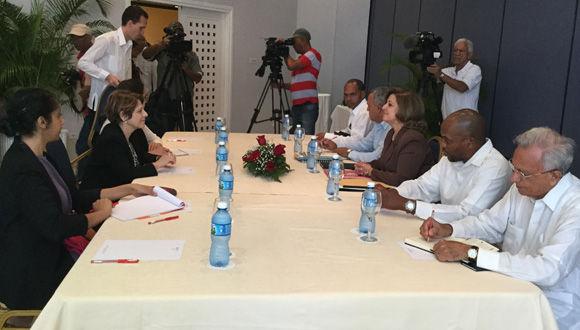 La Relatora Especial de Naciones Unidas, Maria Grazia Giammarinaro, dialoga con la titular del Ministerio de Justica(Minjus), María Esther Reus. Foto: María del Carmen Ramón/ Cubadebate.