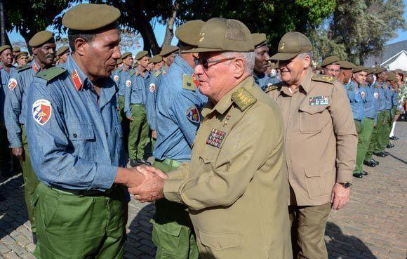 El General de Cuerpo de Ejército Álvaro López Miera (C), Viceministro Primero de las Fuerzas Armadas Revolucionarias (FAR), saluda a los milicianos en el acto político y ceremonia militar, en ocasión del aniversario 56 de la Proclamación del Carácter Socialista de la Revolución y Día del Miliciano, realizado en la Plaza de Armas de la fortaleza San Carlos de la Cabaña, en La Habana, el 16 de abril de 2017. ACN FOTO/ Abel PADRÓN PADILLA/ogm