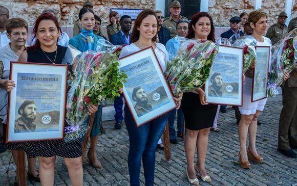Reconocimientos firmados por el General de Ejército Raúl Castro Ruz, Presidente de los Consejos de Estado y de Ministros, a compañeros y compañeras, organismos y mandos participantes en el aseguramiento militar y marcha del pueblo combatiente, en saludo al aniversario 60 de la heroica sublevación de Santiago de Cuba y del desembarco de los expedicionarios del Granma, día de las Fuerzas Armadas Revolucionarias (FAR) y en Homenaje al Comandante en Jefe de la Revolución Cubana Fidel Castro, y a nuestra juventud, en ocasión del aniversario 56 de la Proclamación del Carácter Socialista de la Revolución y Día del Miliciano, realizado en la Plaza de Armas de la fortaleza San Carlos de la Cabaña, en La Habana, el 16 de abril de 2017. ACN FOTO/ Abel PADRÓN PADILLA/ogm