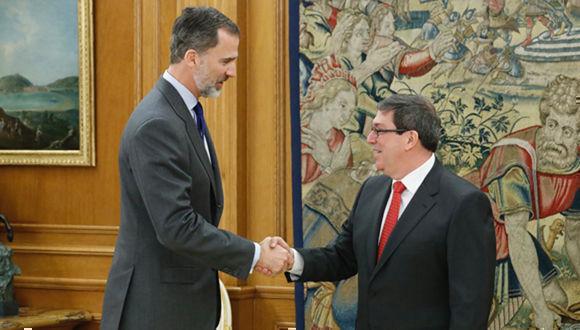 Su Majestad el Rey recibe el saludo del Ministro de Relaciones Exteriores de la República de Cuba, Sr. Bruno Eduardo Rodríguez Parrilla. Foto: Casa de S.M. el Rey.