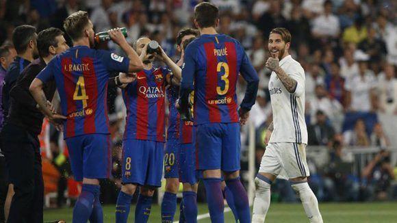Sergio Ramos se dirigió a Piqué luego de ser expulsado. Foto: Susana Vila/ Reuters.