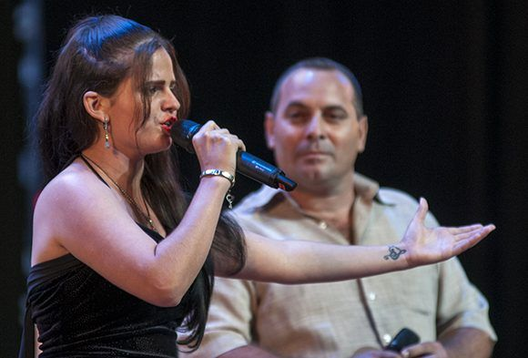 La joven repentista Anamarys Gil dedica sus versos a la juventud. Foto: Ladyrene Pérez/ Cubadebate.