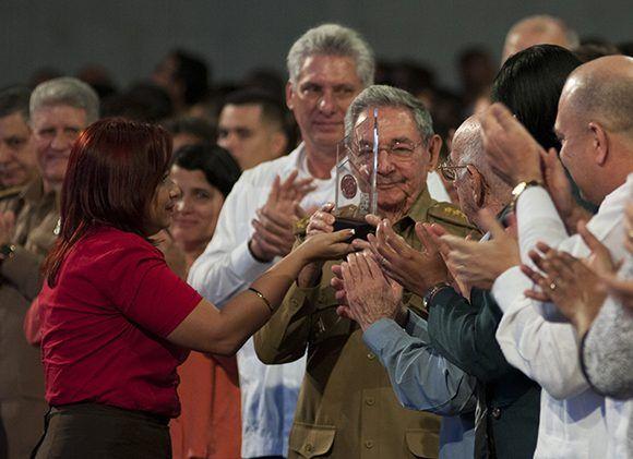 El buró nacional le concedió póstumamente la Medalla Conmemorativa 55 Aniversario de la UJC al presidente cubano Raúl Castro. Foto: Ladyrene Pérez/ Cubadebate.