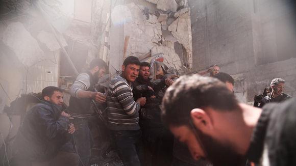 Miembros voluntarios de la defensa civil siria buscan sobrevivientes después de los ataques aéreos reportados en la ciudad de Saqba, en Ghouta Oriental, el pasado 4 de abril. Foto: Getty Images.