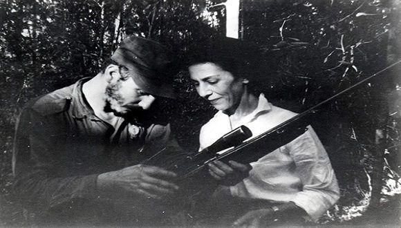 Fidel Castro junto a Celia Sánchez durante la primera reunión de la Dirección Nacional del Movimiento 26 de Julio en la Finca de Epifanio Díaz campesino colaborador del Ejército Rebelde, 17 de febrero de 1957. Foto: Oficina de Asuntos Históricos del Consejo de Estado / Sitio Fidel Soldado de las Ideas