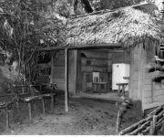 Casa de la Comandancia de La Plata con sus paredes de cedro y techo de guano, desde donde Fidel coordinó y elaboró la ofensiva final del Ejercito Rebelde y otras acciones. En este histórico lugar se firmó la Ley de Reforma Agraria, el 17 de mayo de 1959.