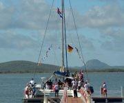 Los asistentes a la Feria Internacional de Turismo FITCUBA-2017 llegan en catamaranes a las costas de Gibara, en la oriental provincia Holguín, Cuba, el 2 de mayo de 2017. ACN FOTO/Juan Pablo CARRERAS/ogm