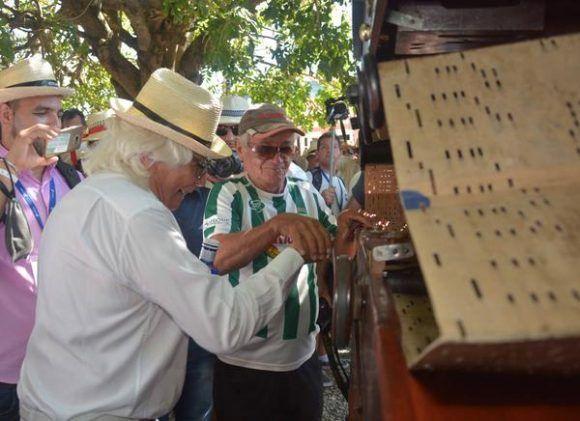 El presidente ejecutivo del Grupo Iberostar, Miguel Fluxà (C), durante un recorrido por la ciudad de Gibara, destino turístico presentado en la Feria Internacional de Turismo FITCUBA-2017, en la provincia Holguín, Cuba, el 2 de mayo de 2017.    ACN FOTO/Juan Pablo CARRERAS
