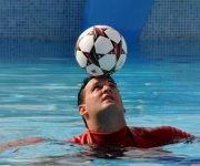 El cubano Jhoen Lefont, recordista Guinness del dominio de más golpes con la cabeza a un balón en el agua, durante el ejercicio que impuso un nuevo Récord Guinness en esa modalidad, en el Hotel Meliá Cohíba, en La Habana, Cuba, el 27 de mayo de 2017.   ACN FOTO/Omara GARCÍA MEDEROS/ogm