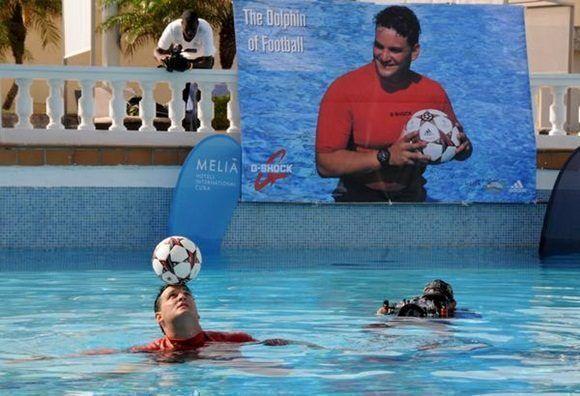 El expolista matancero Jhoen Lefont Rodríguez, estableció un nuevo récord mundial de dominio del balón, en la piscina del capitalino hotel Meliá Cohíba, en La Habana, Cuba, el 27 de mayo de 2017.  ACN FOTO/Omara GARCÍA MEDEROS/ogm