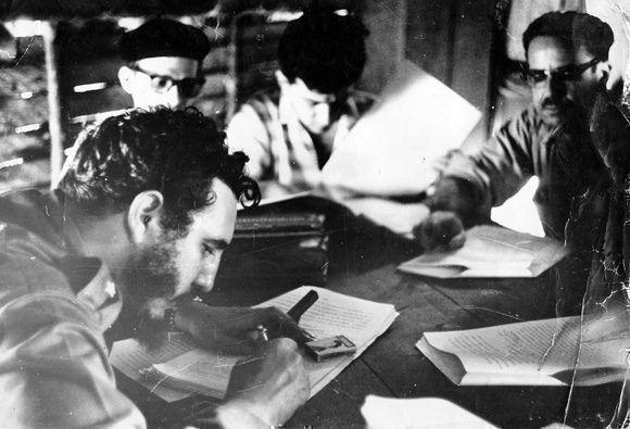 Fidel junto al doctor Osvaldo Dorticos, ministro Encargado de la Ponencia y  Estudio de las Leyes Revolucionarias,  firma la Ley de Reforma Agraria.