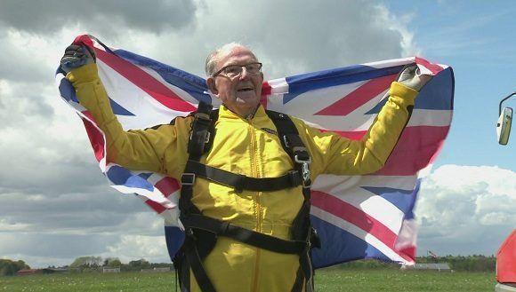 El veterano británico de la II Guerra Mundial, Bryson William Verdun Hayes, muestra su alegría tras lanzarse en paracaídas. Foto: Tomada de HISPANTV.