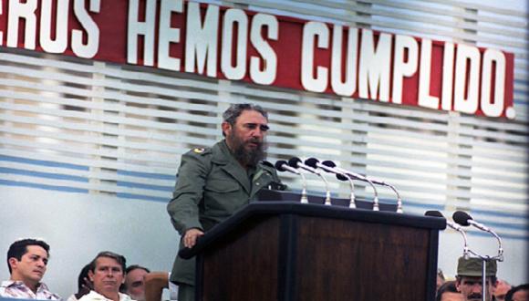 """Inauguración del combinado textil """"Celia Sánchez Manduley"""". Santiago de Cuba, 27 de julio de 1983. Foto: Estudios Revolución / Sitio Fidel Soldado de las Ideas"""