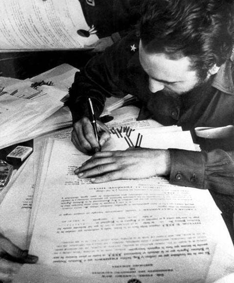 Firma la Ley de Reforma Agraria en La Plata, Sierra Maestra, 17 de mayo de 1959. Foto: Fidel Soldado de las Ideas.