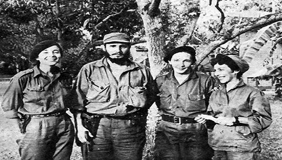 """Vilma, Fidel, Raúl y Celia en el Central América, diciembre de 1958. Foto: Libro """"Fidel Castro Guerrillero del Tiempo"""" / Sitio Fidel Soldado de las Ideas."""