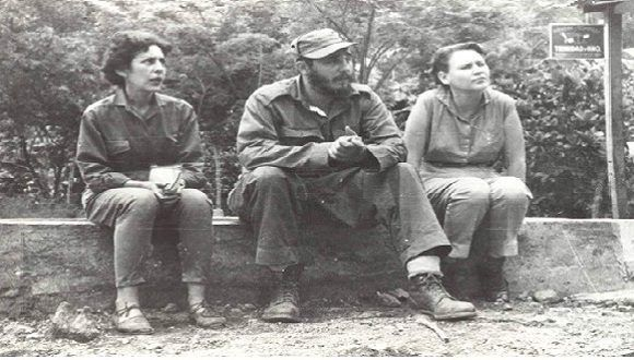 Con Haydée Santamaría y Celia Sánchez sentados en un secadero de café en El Naranjo, Sierra Maestra, Santiago de Cuba, 1958. Foto: Oficina de Asuntos Históricos del Consejo de Estado / Sitio Fidel Soldado de las Ideas.