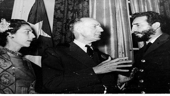 Fidel Castro junto a Celia Sánchez y el periodista norteamericano Herbert Mathews, columnista del New York Times, amigo de la Revolución cubana, en la recepción en la Embajada de Cuba en Washington, 20 de abril de 1959. Foto: Periódico Granma / Sitio Fidel Soldado de las Ideas.