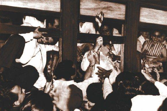 """A su arribo a la terminal de trenes de La Habana, le dan la bienvenida a él y demás moncadistas liberados, es sacado por una ventanilla. Fuente: Libro: """"Fidel Castro Guerrillero del Tiempo""""/ Fidel Soldado de las Ideas, 16 de mayo de 1955."""
