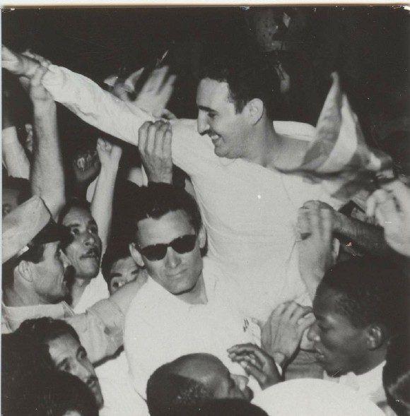 Tras la amnistía política del régimen, es recibido en la Estación Terminal de Ferrocarriles de La Habana y es vitoreado por la multitud. Fuente: Oficina de Asuntos Históricos del Consejo de Estado/ Sitio Fidel Soldado dfe las Ideas, 16 de mayo de 1955