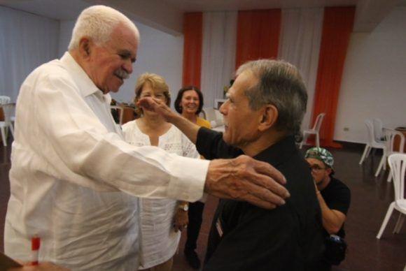 Abrazo de Grandes: los héroes puertorriqueños Oscar López Rivera y Rafael Cancel Miranda, en la mañana del 18 de mayo de 2017. Foto: Claridad