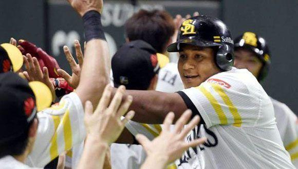 Alfredo Despaigne con su club Softbank en la liga nipona. Foto: Archivo.
