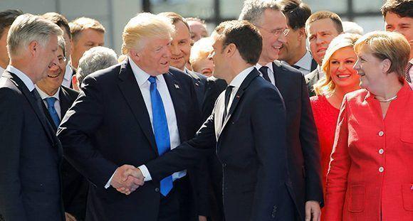 Apretón de manos entre Trump y Macron en la cumbre de la OTAN en Bruselas. Foto: Reuters.