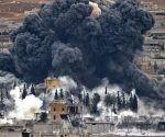 Columnas de humo de un bombardeo de la denominada coalición anti-EIIL (Daesh, en árabe) en el norte de Siria.