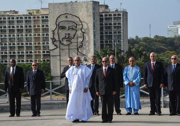 Brahim Ghali (C izq.), presidente de la República Árabe Saharaui Democrática (RASD),,acompañado de Rogelio Sierra (C der.), Viceministro de Relaciones Exteriores de Cuba, durante la ceremonia de Ofrenda Floral al Héroe Nacional José Martí,en el Memorial que lleva su nombre, en la Plaza de la Revolución, en La Habana, Cuba, el 26 de mayo de 2017. Foto: ACN/ Marcelino Vázquez.