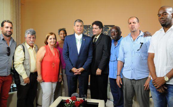 Con el equipo de realización. Entrevista al presidente de Ecuador, Rafael Correa Delgado a Mundo Latino, durante su visita a Cuba para recibir la Orden José Martí y el Título de Honoris Causa de la Universidad de La Habana, mayo de 2017. Foto: Juvenal Balán / Mundo Latino / Cubadebate