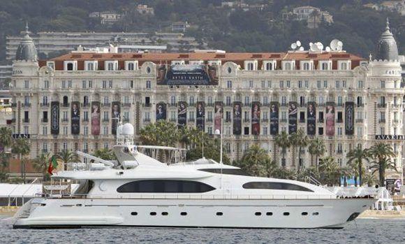 """""""No nos podemos permitir a los ricos alimentando sus excentricidades"""". En la imagen, un lujoso yate arriba a la bahía de Cannes (Francia) justo delante del hotel Carlton. Foto: Reuters."""