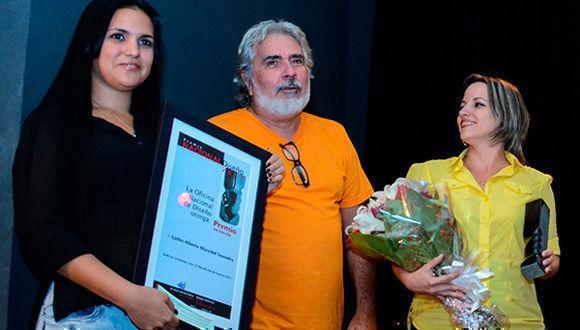 Carlos Alberto Masvidal (C), recibió el Premio Nacional de Diseño 2017, durante la clausura de la XIV Semana del Diseño en Cuba, en el centro hispanoamericano de Cultura, en La Habana. Foto: Abel Padrón Padilla