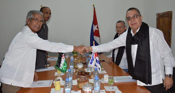 El ministro de Asuntos Exteriores saharaui, Mohamed Salem Uld Salek, recibe al vicecanciller cubano, Marcelino Medina en Chahid El Hafed. Foto: SPS.