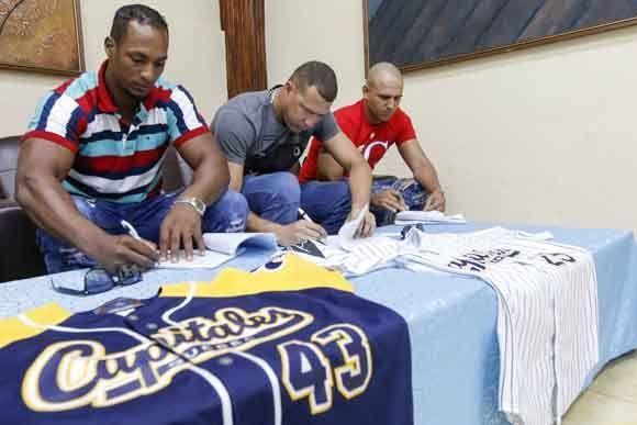 Yurisbel Gracial (I), Lázaro Blanco (C) y Yordan Manduley (D) durante la firma de contrato con el equipo Capitales de Québec de la Liga Independiente Canadiense Americana (Can Am).  Foto: Roberto Morejón Rodríguez / JIT