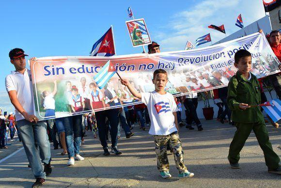 Pueblo avileño participa en la marcha por el Día del proletariado, en la plaza Máximo Gómez Báez de Ciego de Ávila, Cuba, el 1 de mayo de 2017. ACN FOTO/Osvaldo GUTIÉRREZ GÓMEZ/ogm