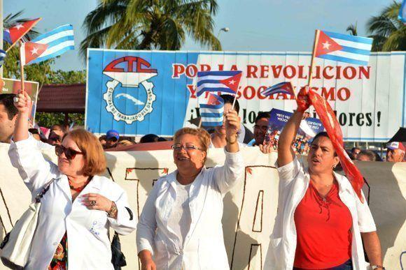 Bloque del Sindicato de Trabajadores de la Salud de Cienfuegos, iniciador del desfile por el Primero de Mayo, como reconocimiento a los indicadores alcanzados por el sector, en los diferentes programas de 2016, el 1 de mayo de 2017.     ACN FOTO/Modesto GUTIÉRREZ CABO/ogm