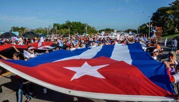 Estudiantes y trabajadores tuneros en el desfile de celebración del  Día del Proletariado Mundial, en la Plaza de la Revolución Vicente García, en Las Tunas, Cuba, el 1 de mayo de 2017.   ACN FOTO/Yaciel PEÑA DE LA PEÑA/sdl