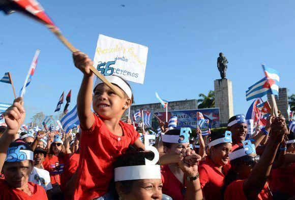 Trabajadores junto a sus familiares  desfilan en la Plaza de la Revolución Ernesto Che Guevara, para celebrarel Día del Proletariado Mundial, en Santa Clara, provincia  Villa Clara, Cuba, el 1 de mayo 2017.  ACN FOTO/Arelys María ECHEVARRÍA RODRÍGUEZ/sdl