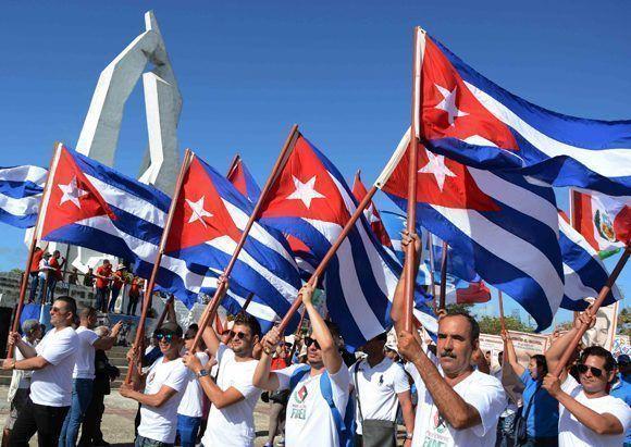 El pueblo camagüeyano desfila por la plaza de la Revolución Ignacio Agramonte, durante la celebración por el Día del Proletariado Mundial, en Camagüey, el 1 de mayo de 2017.    ACN FOTO/Rodolfo BLANCO CUÉ/ogm