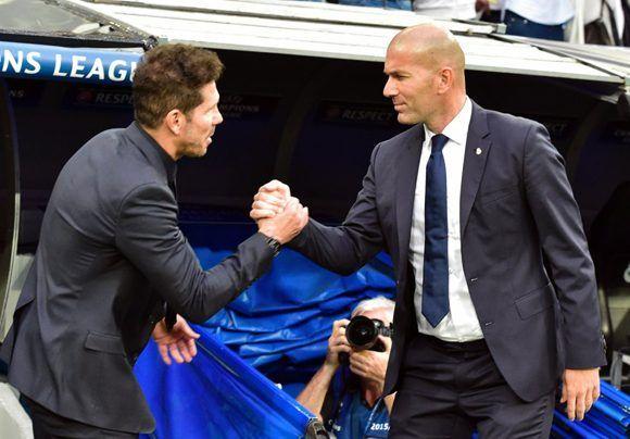 Zidadine Zidane (izq.) saluda al Cholo Simeone justo antes de comenzar el encuentro. Foto: AFP.