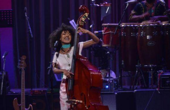 Esperanza Spalding, cantante, contrabajista y bajista estadounidense, durante la gala con motivo del Día Internacional del Jazz, en el Gran Teatro de La Habana Alicia Alonso, Cuba, el 30 de abril de 2017.   ACN FOTO/Marcelino VÁZQUEZ HERNÁNDEZ