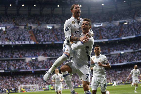 El capitán Sergio Ramos celebra junto a Cristiano Ronaldo, uno de sus goles en la semifinal de Champions ante el Atleti. Foto: AFP.