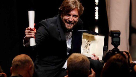 El director Ruben Östlund, con la Palme dOr. Foto: Reuters,