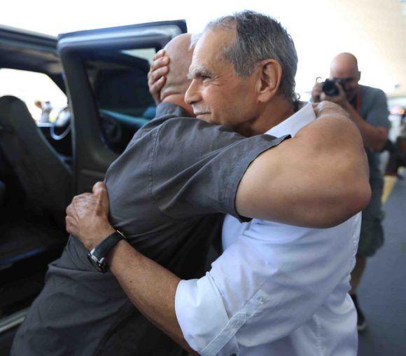C:\Users\randy\Pictures\El ex prisionero político Oscar López Rivera recibe un abrazo de Félix Rosa a su llegada a Chicago. (Teresa Canino)