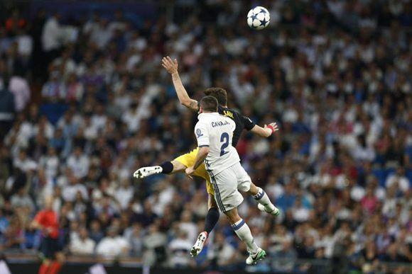 Dani Carvajal se fue lesionado luego de un choque frente a Saúl Ñíguez. Foto: AP.