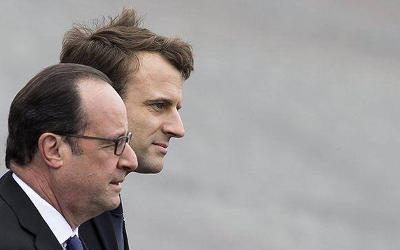 El presidente saliente, François Hollande, junto a Emmanuel Macron, recién electo como nuevo mandatario de Francia. Foto: EFE.