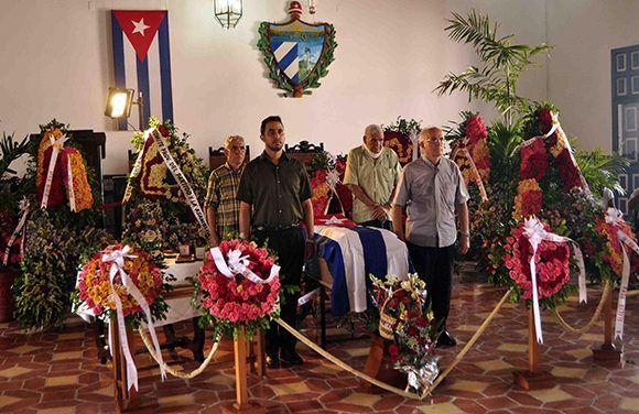 Destacados músicos, cantantes y artistas en general realizaron guardia de honor al maestro de la canción coral, Electo Silva Gainza, en el Salón de la Ciudad de Santiago de Cuba, el 30 de mayo de 2017. Foto: ACN/ Miguel Rubiera.