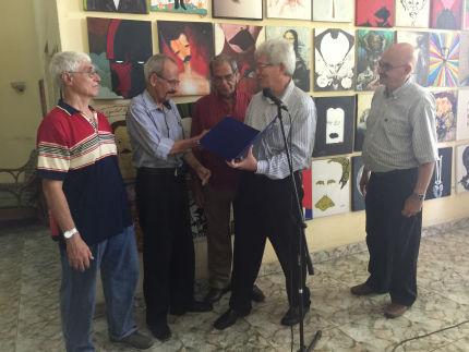 Montesinos, por muchos años presidente del Círculo de Cronistas Deportivos de Cuba, entregó el Premio por la Obra de la Vida al excelente comentarista periodista deportivo Ramón Pity Rivera. Foto del autor.